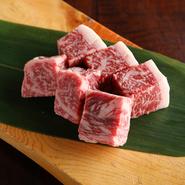自社で牛を丸ごと1頭仕入れる事で牛肉のさまざまな部位を味わうことのできる焼き肉店です。希少部位の「クリ」、和牛ハンバーグのつなぎにサーロインの脂を使用するなど直営店ならではのこだわりをご堪能下さい。
