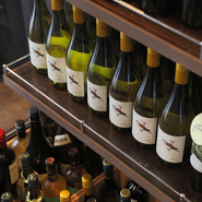ボトル、グラス共に均一価格のワインは赤8種類、白4種類、スパークリング2種類を用意。値段を気にすることなくお肉に合ったワインを楽しむことができます。