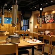 スタッフとコミュニケーションが取りやすいのは、座った時に目線の高くなるハイチェアー、ハイテーブルを採用しているため。スタッフとお客さまの距離が近く、活気のある店内で楽しいひと時を過ごしてみてはいかが。
