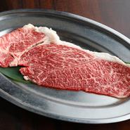 「クリ」という腕肉の一部を鉄板と同じ大きさにカット。スタッフが丁度よい焼き加減に仕上げてくれます。トロロと玉子とダシを入れた特製「トロ玉たれ」をかけて召し上がれ。