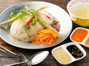 大山鶏を贅沢に使った『シンガポールチキンライス』