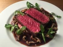 肉の旨味をしっかりと味わえる『牛ハラミのステーキ 山葵風味の赤ワインソース』