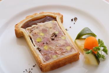 肉の旨みがたっぷりの『パイに包んで焼き上げた鴨とフォアグラのパテ』
