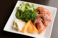 女性客からのリクエストに答えた彩り豊かな『前菜サラダ』