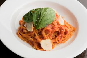 人気メニューの『パルミジャーノとバジリコのトマトソース』