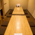 すっきりした内装の個室が完備されており、会食に、宴会に最適