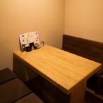 和のテイストのシンプルな内装のくつろぎ空間