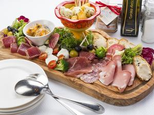 季節感たっぷりの贅沢な逸品『カンパニオの前菜10種盛り合わせ』