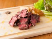 牛一頭からわずか3%しかとれない、希少部位であるラムシン。フィレの次に柔らかく、脂肪が少ないのが特徴です。低温調理でじっくりと焼かれ、焼肉とはまた違う、お肉の旨みを存分に味わえる逸品。