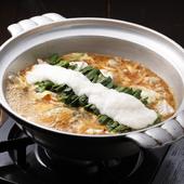 柔らかな博多直送のもつを使用。ピリ辛スープの『赤のもつ鍋』