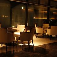【スカイダイニング 彩風】は、【鉄板焼 菜里多】と同じフロアにあります。お酒がメインの場所として、広いラウンジをご用意。ゆったりと座り心地の良い椅子に深く腰を掛け、夜のデートを愉しみませんか。