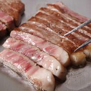 焼き上げられる香りや口に含んだ時の旨みなど、全てが格別な味わいを堪能できる『黒毛和牛』。甘みを感じる脂や迸る肉汁など、黒毛和牛ならではの美味を楽しめます。