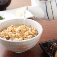 にんにくと醤油の焼ける香りが食欲をくすぐる〆の一品。まずは、そのまま半分ほどを味わい、残りは添えてある鶏がらスープをかけてお茶漬け風に。  好みで針生姜、浅葱を入れていただきます。