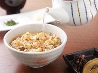 みじん切りのニンニクや塩胡椒・醤油・大葉を加えあっさりとした『ガーリックライス 鶏がらスープと共に』