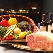 ほどよいサシが入り柔らかく肉本来の旨みがある「しあわせ絆牛」、キメ細かなサシとバランスのとれた赤味が自慢の「かずさ和牛」。前菜、サラダ、焼き野菜に使用する野菜など千葉の食材を積極的に取り入れています。