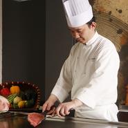 目の前で調理する鉄板焼ならではの臨場感を大切に調理。そして、技術はもちろんのこと、お客様とのコミニケーションを通じ、お客様に楽しいひと時を過ごしていただけることを心掛けています。