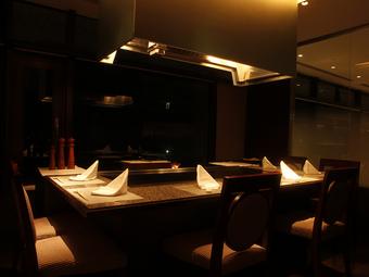 ホテル最上階から見る美しい夜景を鑑賞できる鉄板焼店