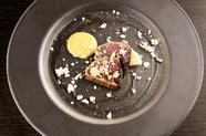 さっぱりとした爽やかな一皿『カツオのタタキ風  ももと桃のソルベ ゴーヤのソース』