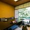 美しく手入れされた日本庭園を臨む、凛とした空気の個室