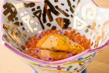 目の前で甲羅ごと香ばしく焼き上げる『毛蟹の甲羅焼き』