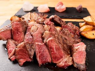 赤身肉の美味しさを堪能できる『炭火焼骨付きステーキTボーン』