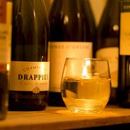 おしゃれで温かみのある店内。食事やお酒にこだわるグルメなカップルが、カウンターに腰掛けているという光景も似合いそうです。 奥にはワインセラーの中をイメージしたテーブル席もあり、雰囲気も楽しめます。