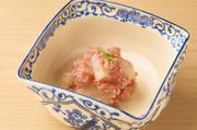 塩漬けにしたカツオを3日間軟水につけ込んで、塩抜き。塩辛さを少し抑えたところで、明太子と和え、湯引きして甘さを引き出したホタテを加えます。青ゆずの香りがアクセントに。