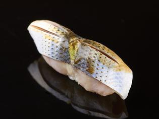 江戸前鮨の花形であり、丁寧な仕込みを施したコハダ