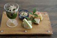 旬の野菜料理5品がひと皿になった『前菜の盛り合わせ』