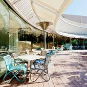 明るい日差しが心地良い、ガーデンを望むテラス席