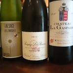 フランスでワインづくりを学んだ金井真紀子さんが現地で巡り合った、畑仕事に真面目な生産者のナチュラルワインセレクション「マキコレワイン」など、料理に合うフランスワインをリーズナブルに用意しています。