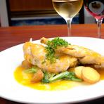 フランスとスペインで研鑽を積んだシェフが、本場のビストロ料理を提供。豊富なアラカルトメニューのほか、その日のオススメ料理をお得に味わえるシェフのおまかせコースも用意されています。