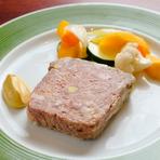 パテ・ド・カンパーニュに使用している「天草梅肉ポーク」は、抗生物質を一切使わず、梅肉エキスを与えて育てた熊本県のブランド豚です。豚独特の臭みがなく、甘みのある脂身と柔らかい食感が魅力です。