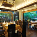 大きな窓から中庭の緑を見渡す開放的な店内は、気取らずにリラックスできる雰囲気。広々とした空間にゆったりとテーブルが配置され、まるで友人宅を訪れたような気分でのんびり過ごせます。
