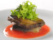 さっと火を通した活アワビは、レアに近い食感で程よい歯ごたえ。アワビの下にはナスのローストとトマトソースが配され、さっぱりとした酸味と甘みがバランス良く調和してアワビのおいしさを際立たせます。