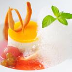 なめらかなムースの上に飾られたフィアンティーヌのサクサクとした食感がマッチ。デラウェアのコンポートや桃のジュレ、きめ細かい桃の泡が優しい甘さと風味を添えています。無農薬のミントが爽やかさをプラス。