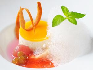 自家製デザート『ココナッツと黄桃のムース フルーツの泡を添えて』