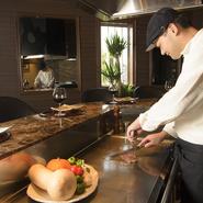 焼肉は掘りごたつ座敷席とテーブル席で、鉄板焼きはステーキカウンターでと、シーンに合わせて利用ができるのが魅力です。