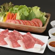 近江牛の肉みそ・特製サンチュ味噌・とうがらし味噌の3種の味噌をつけ、野菜と近江牛を巻いていただくセット。近江牛を焼く際に特製つけダレ味噌にくぐらせ て焼くことで、さらに美味しく堪能できます。