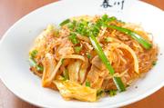 韓国産の春雨を使用し、野菜と肉と一緒に炒めています。たっぷりの野菜と春雨を組み合わせたヘルシー料理。ピリ辛の味わいがやみつきになる、人気の一品です。