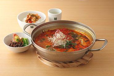 鶏と野菜を自家製味噌で煮た鍋、甘辛味の『春川ダッカルビ鍋』