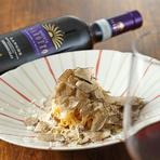 夏から冬にかけて、トリュフの香りと共に登場する期間限定のメニュー。「タヤリン」は、ピエモンテ州のパスタで卵黄だけを使いつくります。ペコリーノチーズのコクとトリュフと卵の相性の良さをご堪能いただけます。