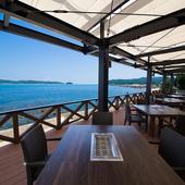 海を見渡せる絶景のテラス席で、ゆったりとお食事を