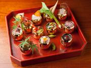 バイ貝や蛸の和え物、子持ち鮎の甘露煮、渋川栗、など、季節の愉しみを少しずつ器に盛りました。年代物の朱塗りの器に、玉子型の金のおちょこがとても可愛い一皿です。 コース料理一例