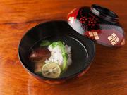 丁寧に引かれた出汁に、食感の良い「ぼたん鱧」を、豊かな松茸の香りで包まれた逸品。 コース料理一例