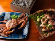 松葉ガニと三田の松茸の季節ならではの、シンプルな炭焼き。炭火の芳ばしさも加わり、季節感をたっぷりと味わえます。 コース料理一例