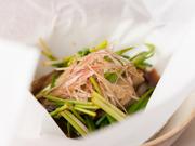 一度食べたら、またきっと食べたくなる、ふっくらとした上質な「天然鰻」を、白焼きにして、蓮根や牛蒡、みょうが等と共に蒸しました。 コース料理一例(水揚げの状況などでは入荷しないときもあります)
