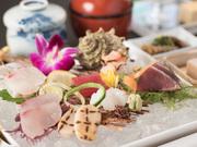 料理長自ら出向き、長浜魚市場より直売の鮮魚を、おすすめのものから7種盛り合わせでご用意します。