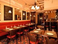 厳選されたワインと食事をカジュアルに楽しめるレストラン