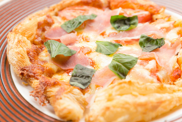 パイ生地を使った『海老とバジルと生ハムのピザ』はサクッと入る